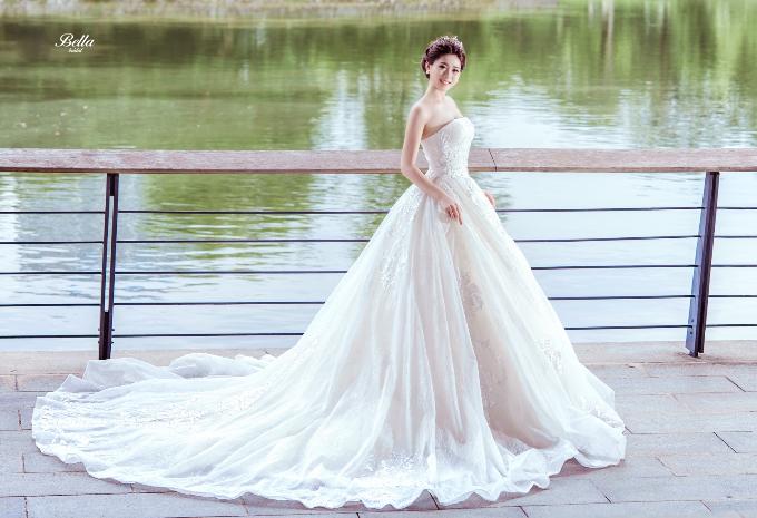 Báo Ngoisao.net: Mẫu váy cưới sang trọng, tinh tế
